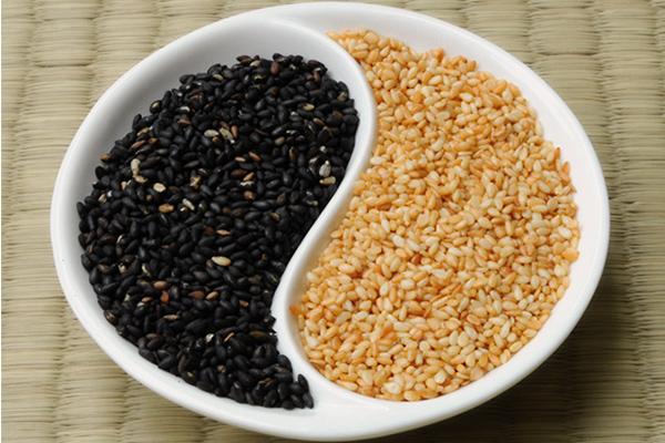 Bánh trung thu mè đen hạt dưa Kinh Đô