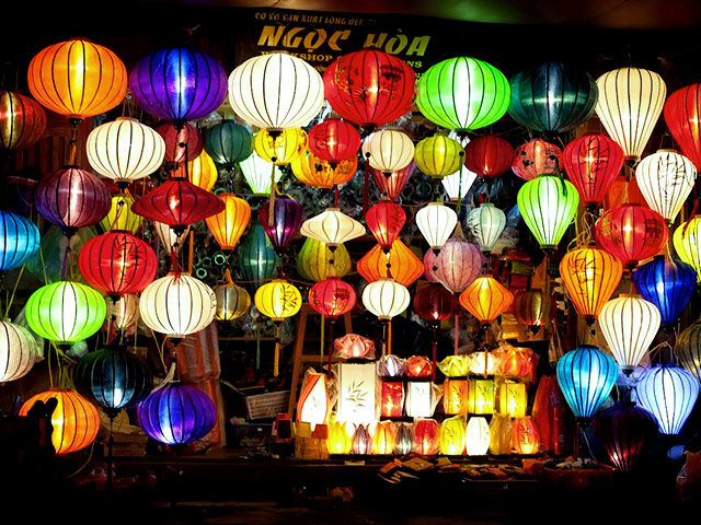 Tết Trung Thu Việt Nam trẻ em thường cầm đèn lồng ca hát reo vui dưới ánh trăng